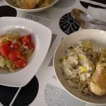 チキンスープの残りで炊いたピラフ、サーモンにゆるめ&あっさりベシャメルソースかけ、サラダ。