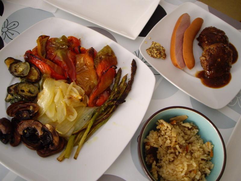 オーブンで焼き野菜、ハンバーグ、ソーセージ、炊き込みご飯。