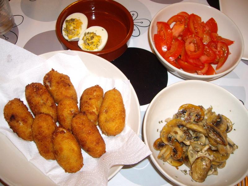 スペイン風生ハム入りのコロッケ、ゆで卵のタパス、マッシュルームのオリーブオイル炒め、トマトのサラダ。