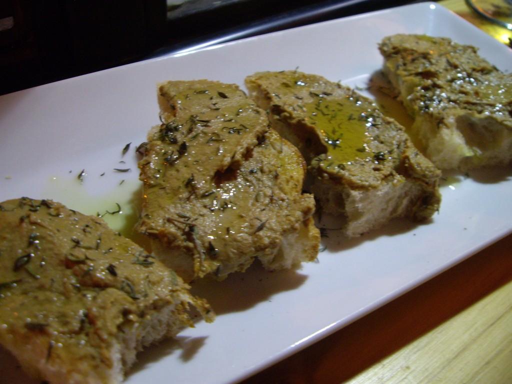 トスカーナでよく食べる鶏レバーのパテがのったブルスケッタ。