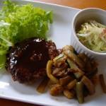 ハンバーグ、キノコ・ズッキーニ・エビの炒め物、コールスローサラダ。