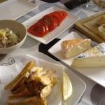 市場で買ったチーズ、魚のフライ、アジのマリネ。