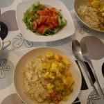 スペイン家庭料理のモンゴウイカとジャガイモの煮込み、サラダ。