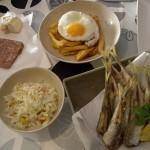 市場で買ったパテ、フライドポテトに卵焼き、魚のフライ、コールスローサラダ。