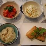 鮭の塩麹漬け、トマトサラダ、コールスローサラダ。