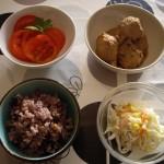 鶏の肉団子、コールスローサラダ、トマトサラダ。