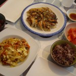 餃子、キャベツと野菜の炒め物、トマトサラダ。