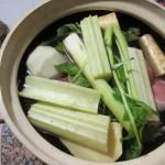 肉を入れ、セロリ、大根、カブのような野菜などを入れて煮込み開始。左上にその肉くれと言わんばかりに鳴いている猫が写ってしまいました。