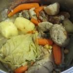 肉からスープを取ったら、別に煮ておいたガルバンソ豆を入れて1時間、最後の1時間でニンジンとジャガイモを加えて更に煮込みます。