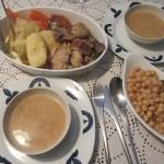 スープが前菜で、その次に肉や野菜の具を食べるんですが、わたしは全部食卓出します。