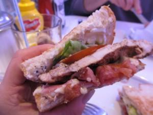 サンドイッチも結構おいしい。