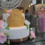 カップケーキのお店の火祭りを意識したショーウィンドー。