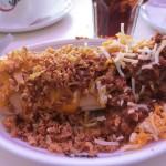 チリコンカルネとチーズ&フライドオニオンのホットドッグ。