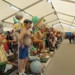 仮設テント内に750体もの人形が飾られています。