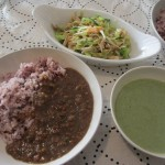 挽肉カレー、グリーンピースのポタージュ、ニンジン、キュウリ、カニかま、クラゲの和え物。