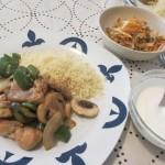 クスクス、鶏胸肉と野菜の炒め物、ヨーグルトソース、ニンジン、キュウリ、カニかま、クラゲの和え物