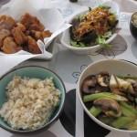 唐揚げ、玉ねぎとマッシュルームの炒め物、玉ねぎソースかけサラダ。