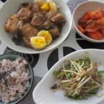 豚の角煮、もやしとネギの炒め物、トマトサラダ、お赤飯。
