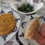 スペイン風オムレツ、シシトウの揚げ物、Lomo adobado(ロモ・アドバド、豚ロースに味がつけてあるもの)。