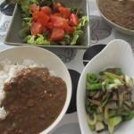 挽肉カレー、サラダ、玉ねぎとキノコの炒め物。