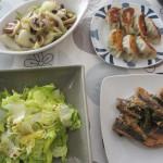 餃子、鯖味噌、玉ねぎとマッシュルームの炒め物、サラダ。