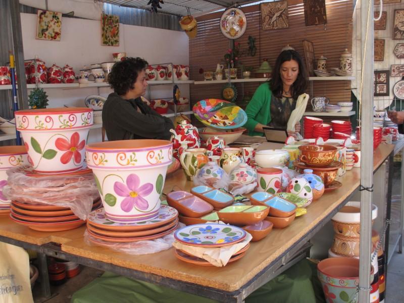 ひなげしの花が描かれたお皿が気になったけれど、気に入ったサイズのものは完売。