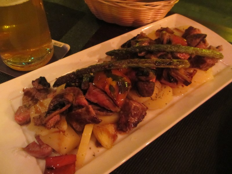 一口サイズのサーロインステーキに野菜の鉄板焼き。