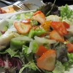 Cava(カバ、カタルーニャ地方のシャンパン)風味のホタテ、いくら、いちごのサラダ。