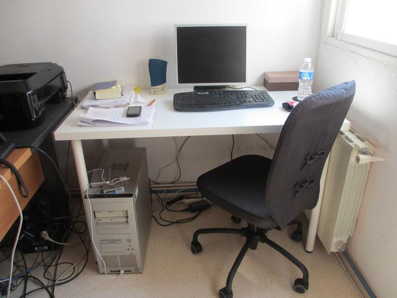 家で仕事をするのに欠かせない机と椅子をIKEAでゲット!両方で約85ユーロ。