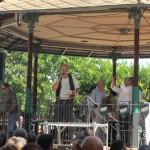 こちらのメインステージからは「残り時間あと何分です!」といったアナウンスの他に、こちらのおじさんがライブでパエリアの歌をバレンシア語で歌ってました。爆笑。