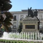 イサベル・ラ・カトリカ広場のイサベル女王とコロンブスの像。