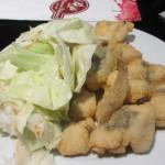 無料タパス:白身魚のフライにガーリック風味のキャベツ。