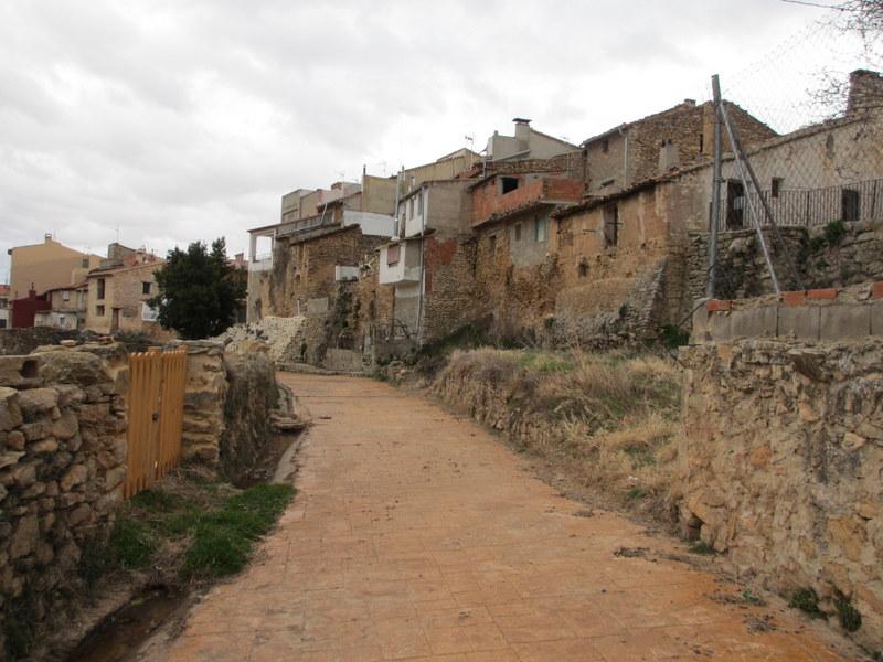 道路を挟んで右側が村、左は畑です。