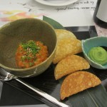 サーモンとマグロのタルタル。餃子の皮を揚げたチップスと一緒に食べます。