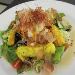 ワカメたっぷりの野菜天麩羅のせサラダ。