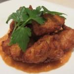 Buñuelos de bacalao(ブニュエロス デ バカラオ)。鱈のすり身の揚げ物。ソースはロメスソース。