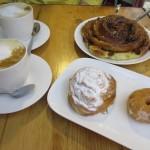 こちらは朝ごはん。菓子パン系は、中央市場のパン屋さんから仕入れているそうです。種類も多く、味も中々。