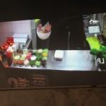 テラス席には、キッチンの様子がライブで見られるスクリーンがあります。