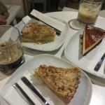 アップルクランブルとチーズケーキ(台の部分はブラウニー)。