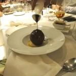 子供用デザート。大きなチョコレートの球体にホットチョコレートをかけます。