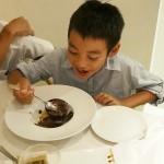 中はチョコレートのムースや、口の中でパチパチ始める炭酸粉が入った楽しいデザートに、甥っ子&姪っ子大喜び。