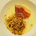 じゃがいものピュレ、半熟卵、カリカリパン粉と生ハム。