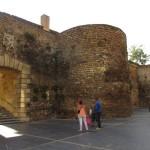 城壁も少し残っています。