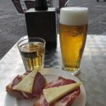 ビールとモストで休憩。レオンは無料のタパス付いてきます。