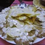 焼きキノコにカブラレスチーズのソースをかけたもの。