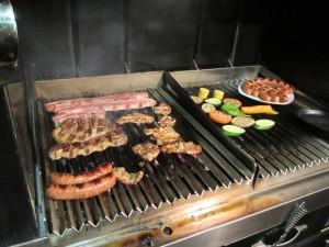 中で写真を撮らせてもらいました。炭で調理されたお肉と野菜は最高!