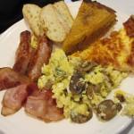 ブランチ。シェパードパイ、キッシュ、ソーセージ、ベーコン、卵料理にトースト。