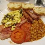 イングリッシュ・ブレックファースト:ビーンズ、焼きトマト、ベーコン、ソーセージ、卵料理にトースト。