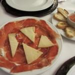 ハムとチーズの盛り合わせ。