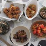 五目寿司、唐揚げ、ナスの煮浸し、トマトのサラダ、厚揚げの煮物。